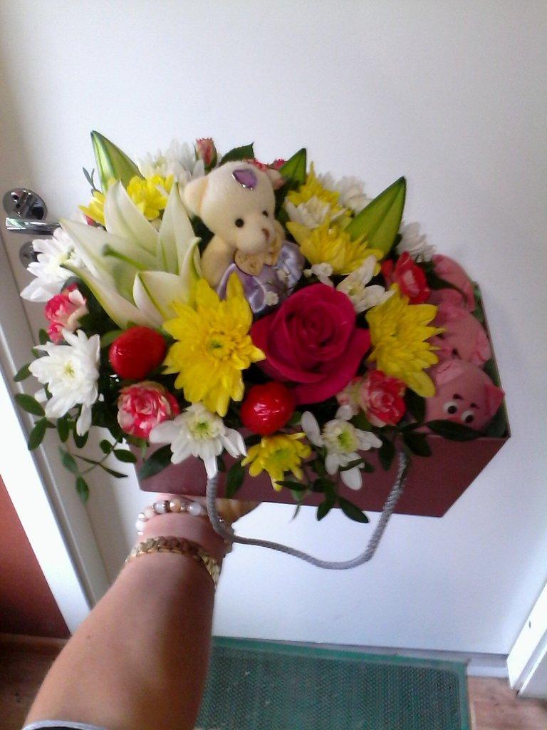 Композиции из живых цветов: Композиция с игрушкой в Николь, магазины цветов