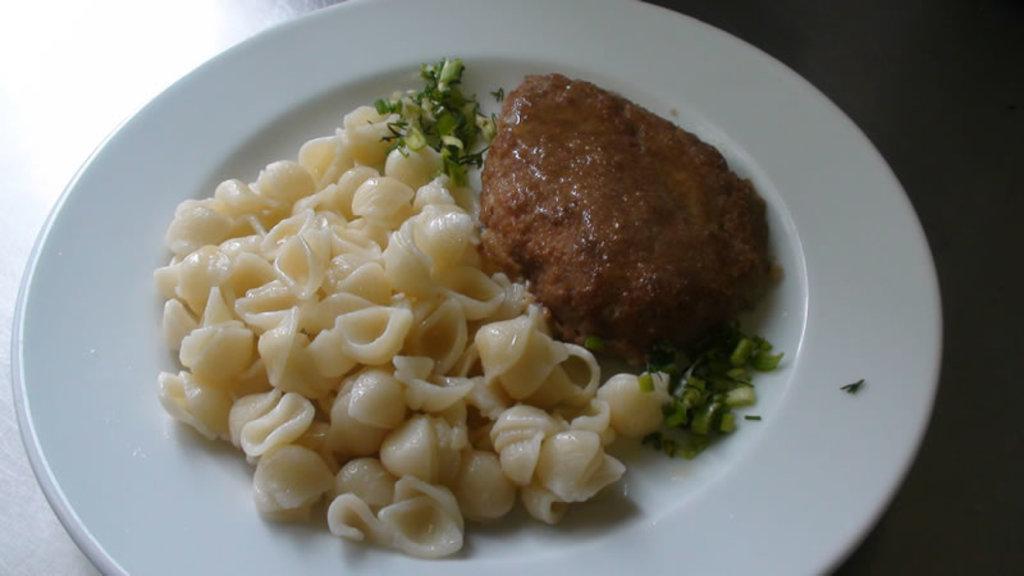 Вторник: КОМПЛЕКС: Котлета мясная с макаронами + салат с морковью (350 гр) в Смак-нк.рф