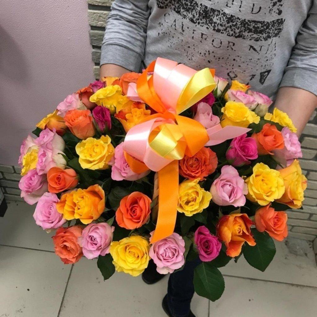 Композиции в корзинах: 51 роза в корзине в Первый цветочный