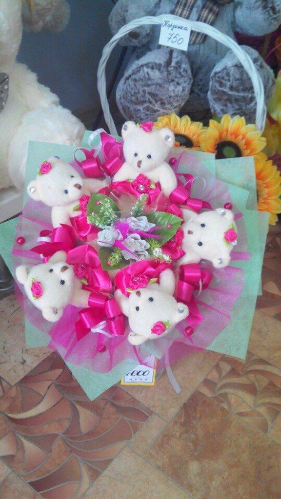 Композиции из живых цветов: Букет из игрушек в Николь, магазины цветов
