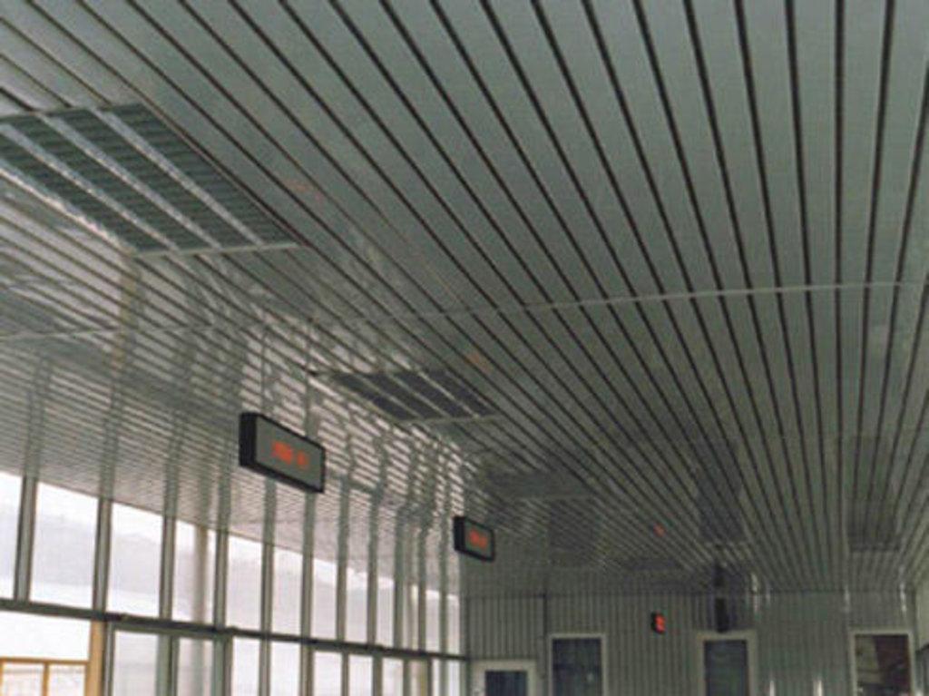 Реечные потолки: Реечный потолок открытого типа AN135A суперхром-люкс А742 в Мир Потолков