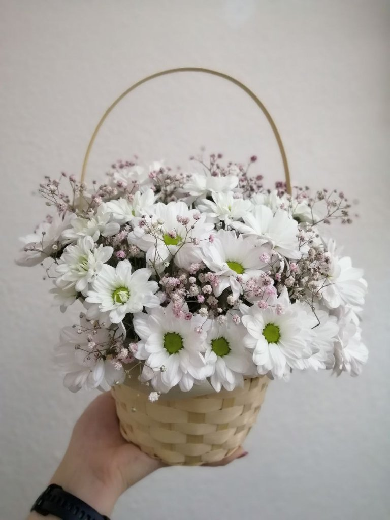 Мамочке: Корзинка из ромашковой хризантемы и гипсофилы в Первый цветочный