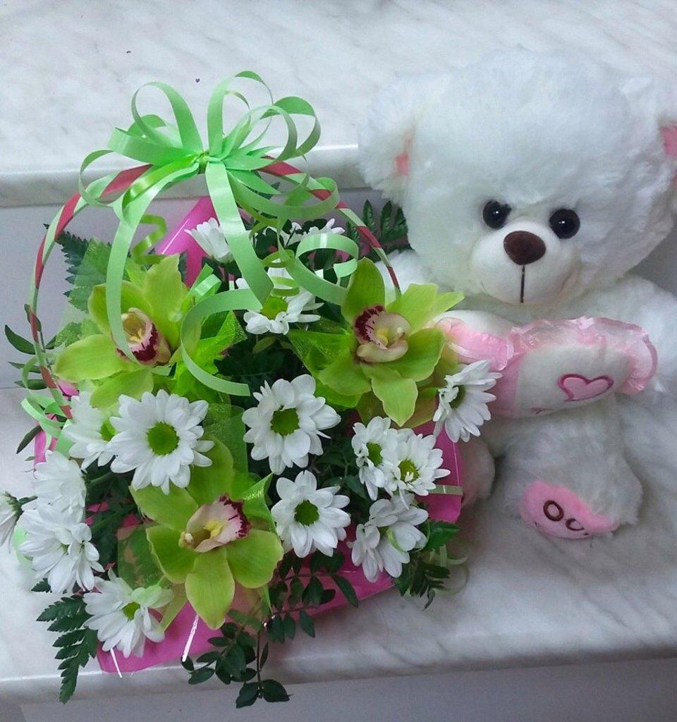 Композиции из живых цветов: Композиция с медведем в Николь, магазины цветов