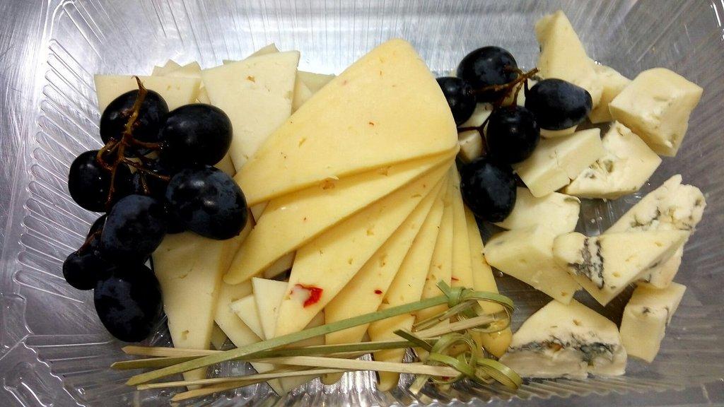 Холодные закуски: Сырная тарелка в Обеды в офис Красноярск
