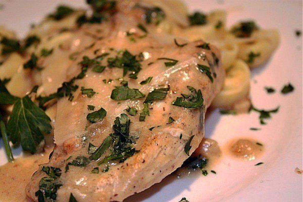 Четверг: Стейк из куриной грудки в сливочно-сырном соусе с гарниром 280гр в Смак-нк.рф