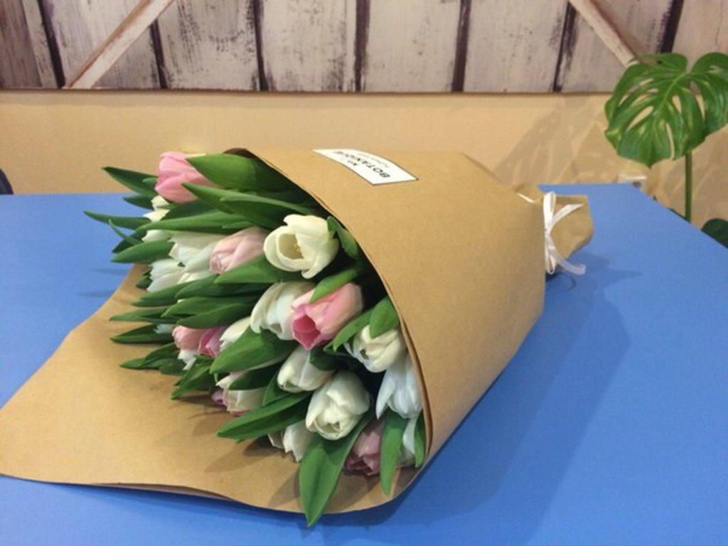 "Кулек крафт: ""Кулек крафт"" 29 тюльпанов 2-х цветов в Botanique №1,ЭКСКЛЮЗИВНЫЕ БУКЕТЫ"